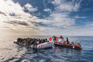 Environ 130 réfugiés secourus le 11.12.2016 dans les eaux internationales au large des côtes libyennes par une équipe de recherche et de sauvetage de SOS MEDITERRANEE
